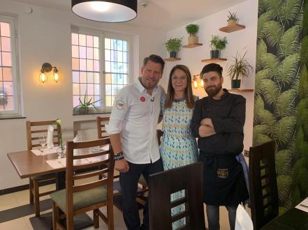 Nalan, Hasan & Mike im Restaurant