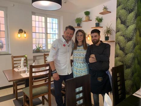 Nalan, Hasan & Mike im Restaurant_1